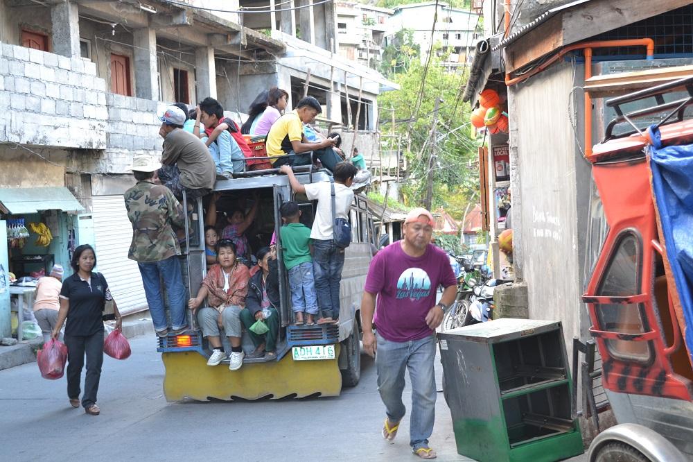 フィリピンのジプニーと乗客の写真