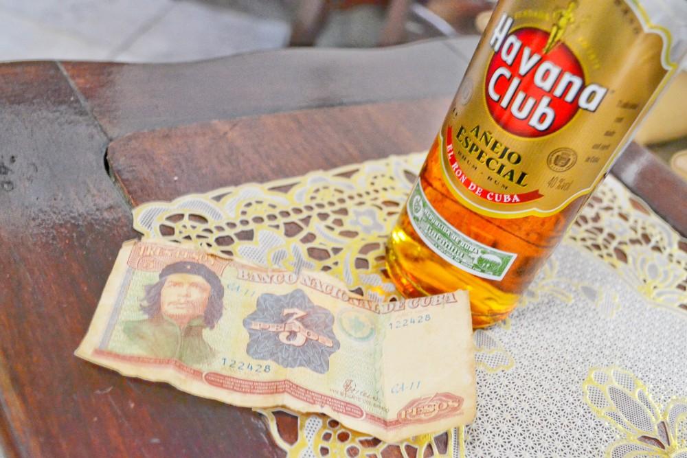 キューバ紙幣・人民ペソ(チェ・ゲバラ)とラム酒の写真