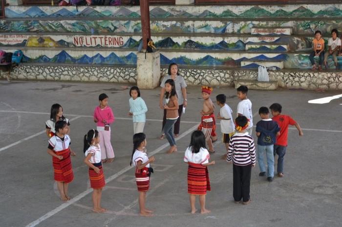 伝統衣装を着て踊る子供たちの写真