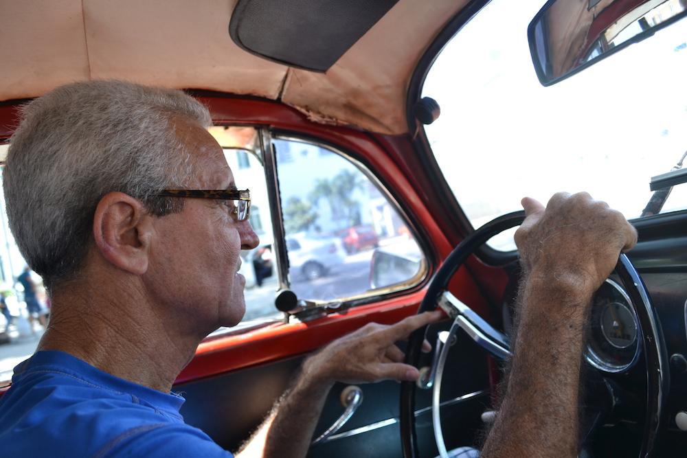 キューバのクラシックカータクシーの運転手の写真
