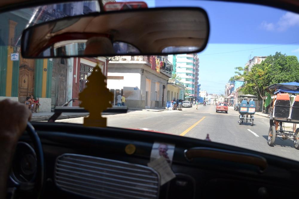 キューバ・ハバナのクラシックカータクシー車内からの景色の写真