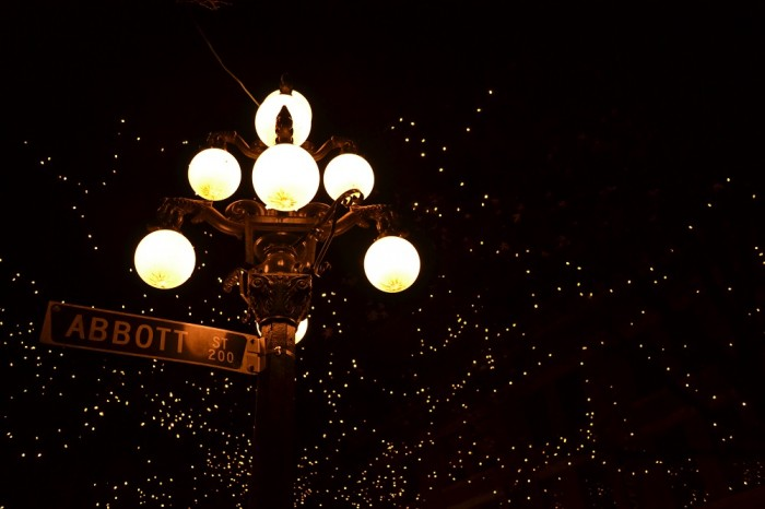 街灯とイルミネーションの写真