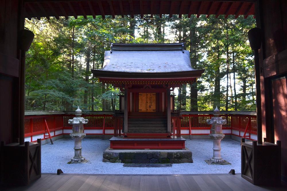 北口本宮冨士浅間神社(諏訪拝殿の中)の写真
