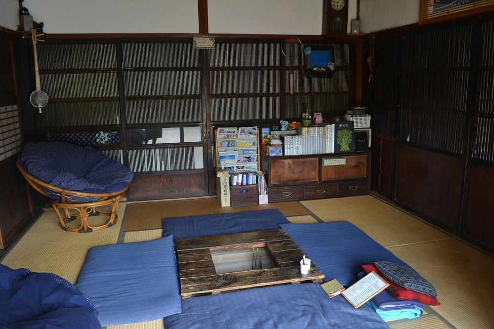 山梨のゲストハウス空穂宿の共有スペースの写真