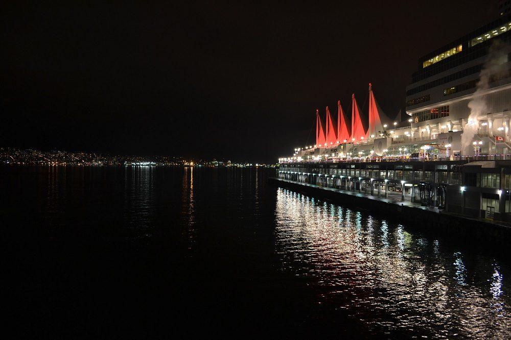 夜のカナダプレイスの写真