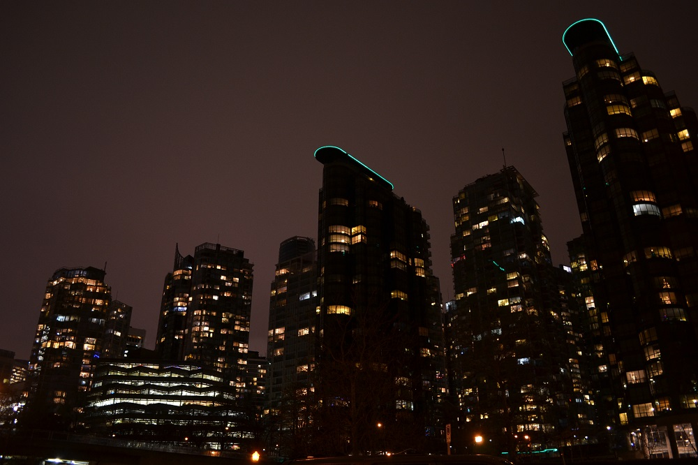 夜のビル群の写真