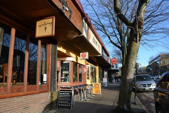 お店の並んだ道の写真