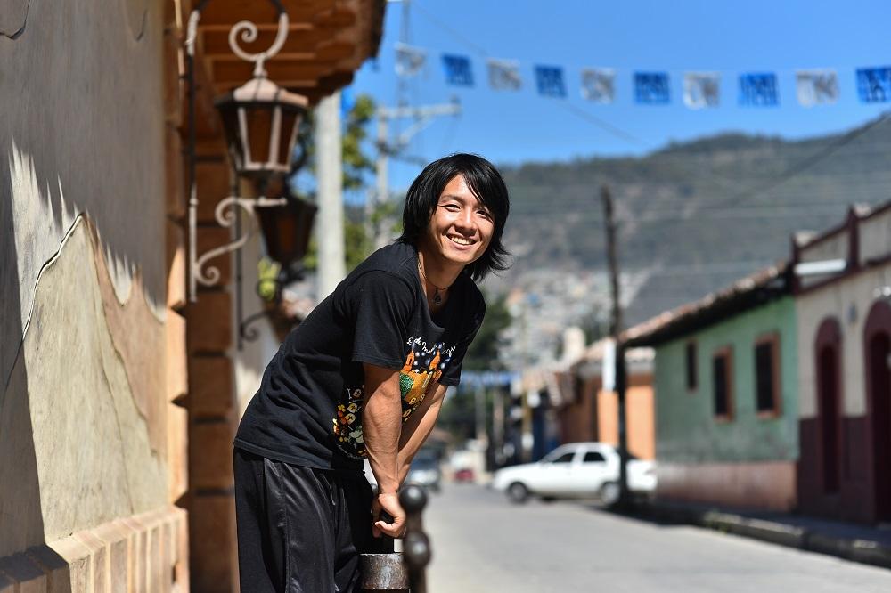 メキシコで撮影したプロフィール用写真(棒につかまり)