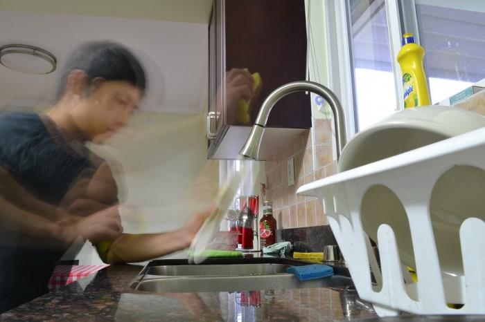 お皿洗ってる写真