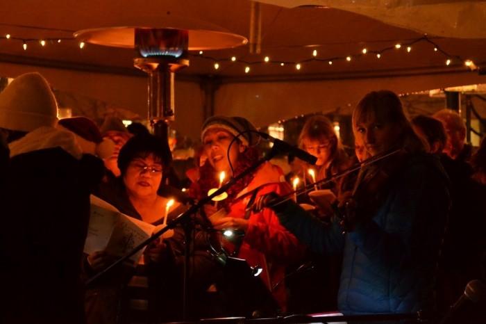 教会の前で歌う人々の写真