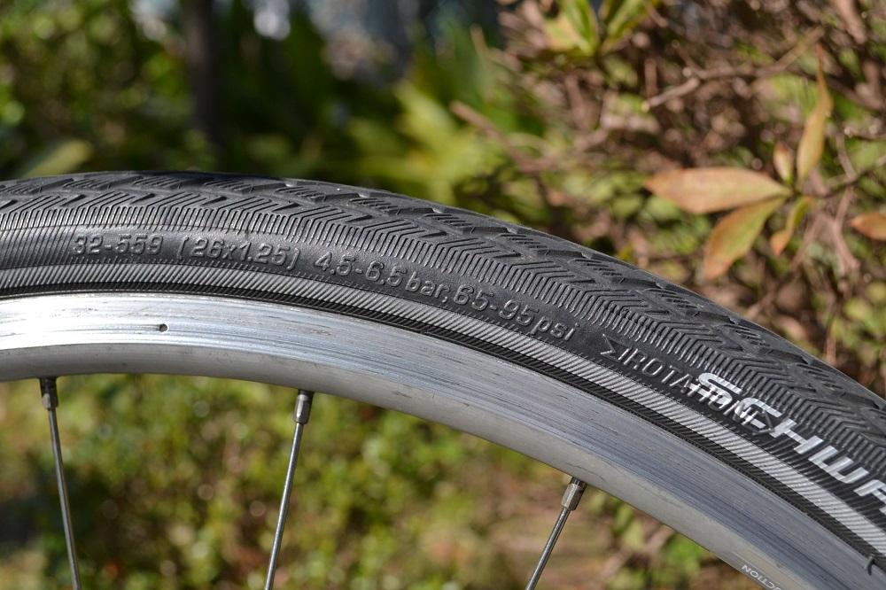 自転車のタイヤ(空気圧表記)の写真