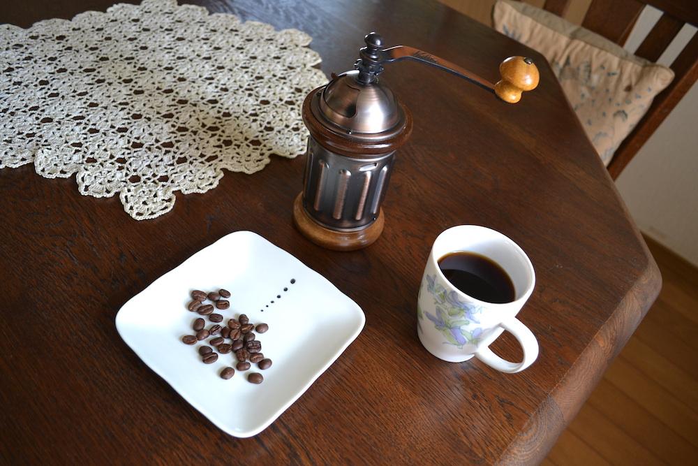 カリタのコーヒーミルKH-5と豆とコーヒーの写真