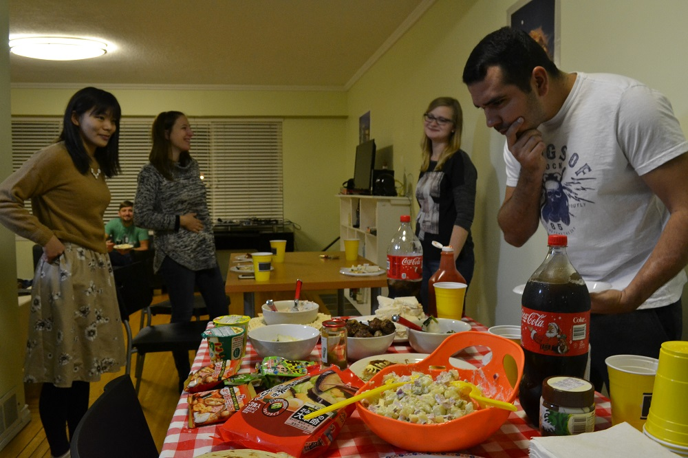 カナダのシェアハウスでパーティしてる写真