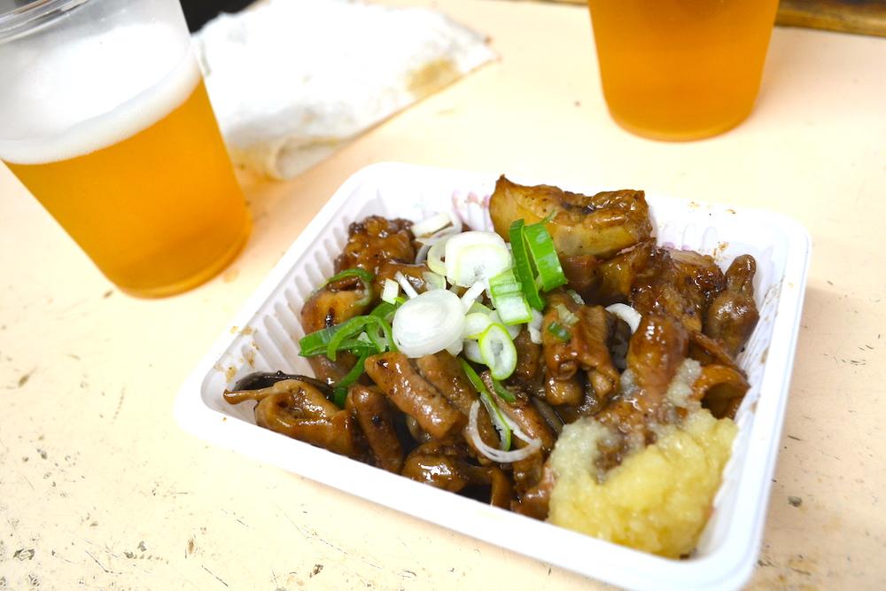 大阪西成区あいりん地区(居酒屋のビールとホルモン)の写真