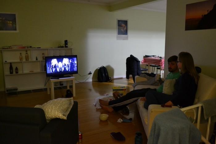 自宅で映画鑑賞してる写真