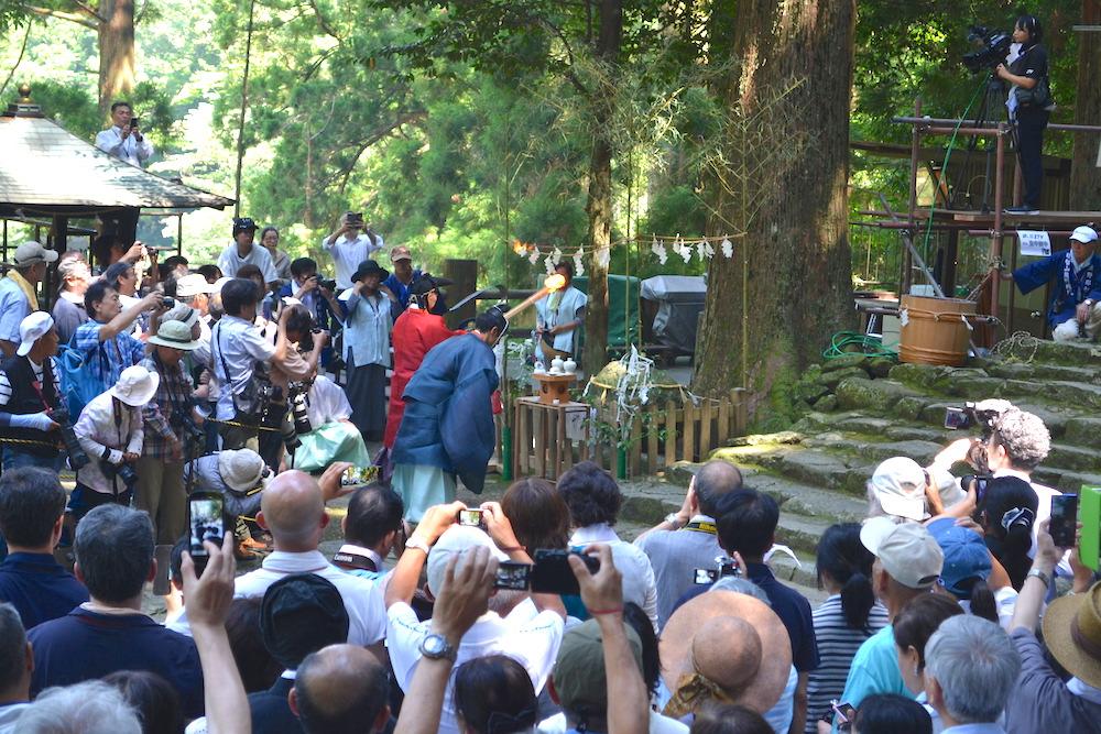 和歌山県|熊野那智大社の扇祭り(滝の前で儀式)の写真