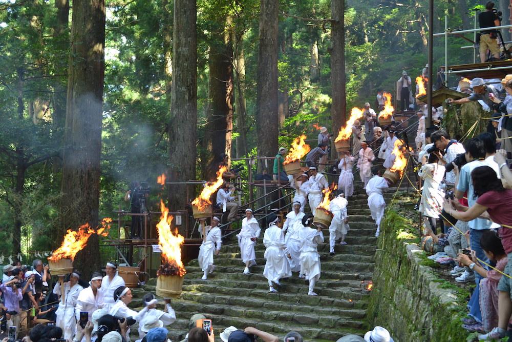 和歌山県|熊野那智大社の扇祭り(折り返す松明隊)2の写真
