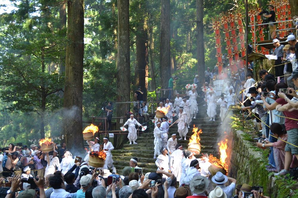 和歌山県|熊野那智大社の扇祭り(扇で応援する人)の写真