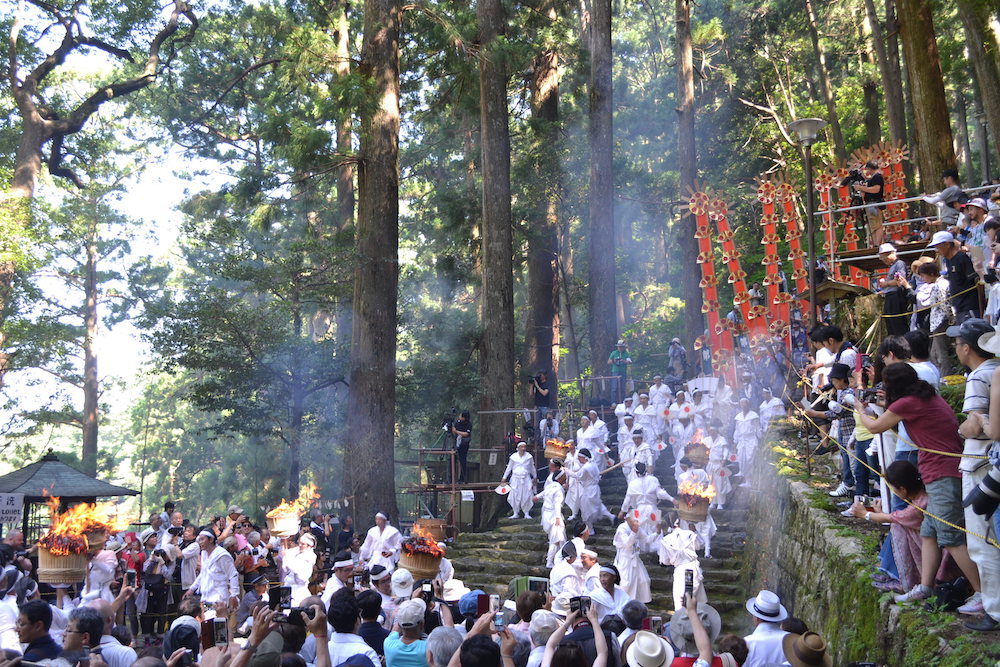 和歌山県|熊野那智大社の扇祭り(ゆっくり進む十二神)1の写真