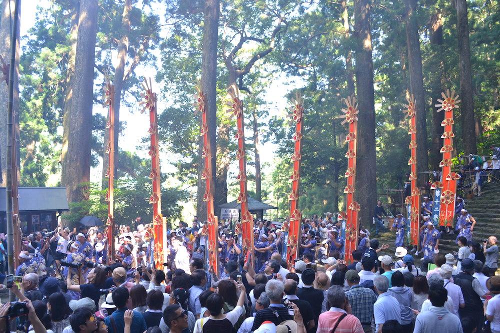 和歌山県|熊野那智大社の火祭り(滝へ向かう12扇御輿)の写真