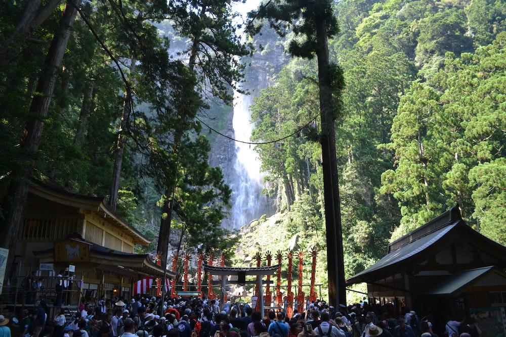 和歌山県|熊野那智大社の扇祭り(那智滝の前に揃った十二神)2の写真
