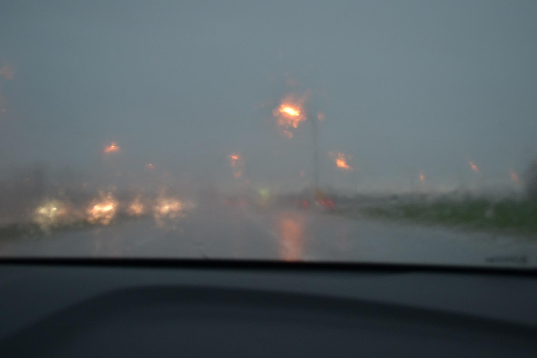 大雨で前が見えない写真
