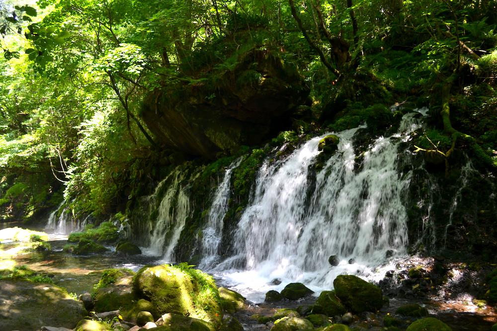 秋田県にかほ市象潟の観光スポット・元滝伏流水(奥から)の写真
