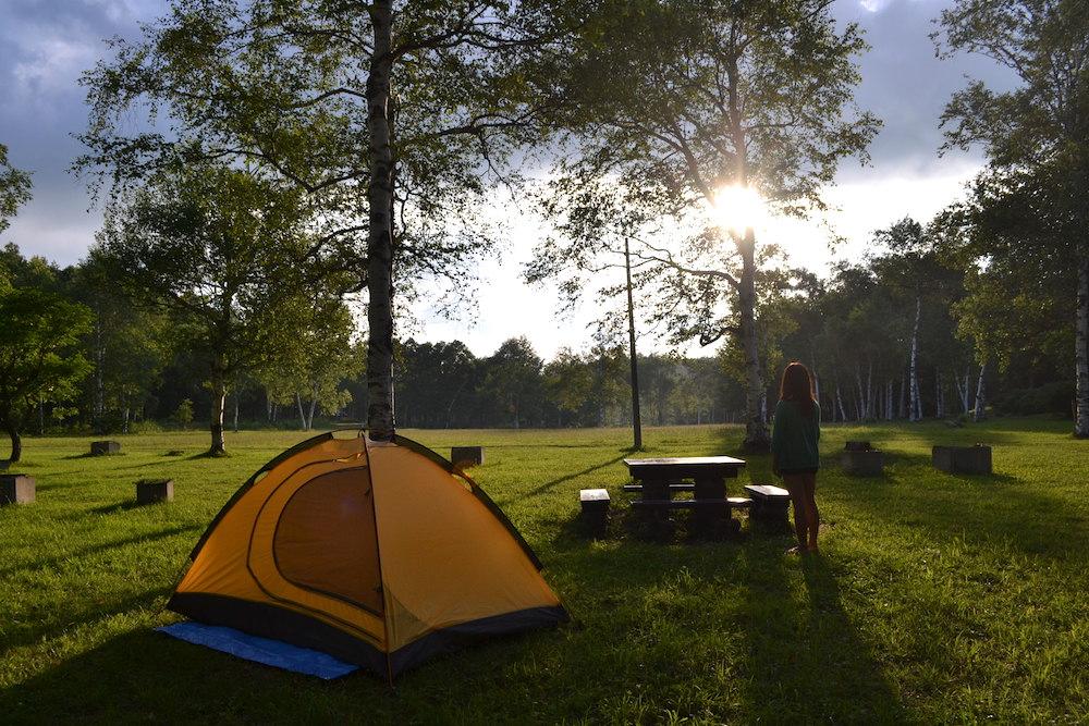 盛岡岩洞湖家族旅行村でキャンプ(夕日と彼女)の写真