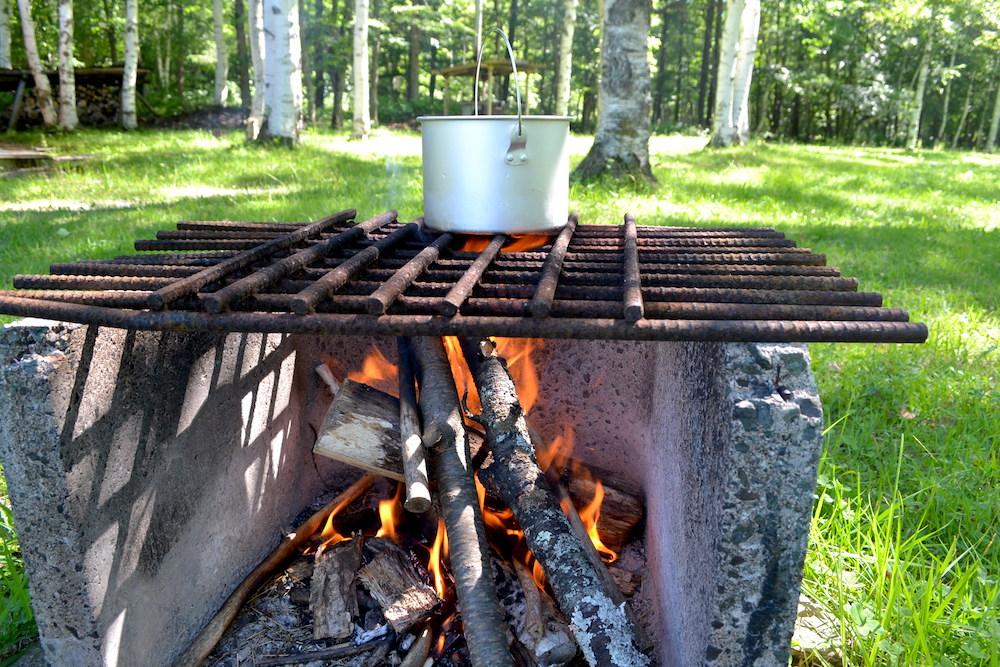 キャンプ場で薪火を使って調理2の写真