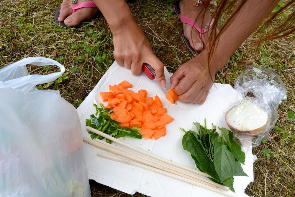 キャンプで調理(野菜カット)の写真