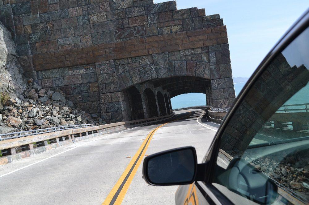 海岸線のトンネルの写真