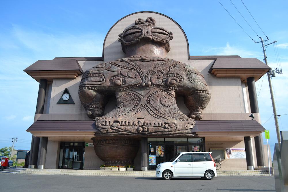 青森県つがる市木造駅の巨大しゃこちゃん の写真