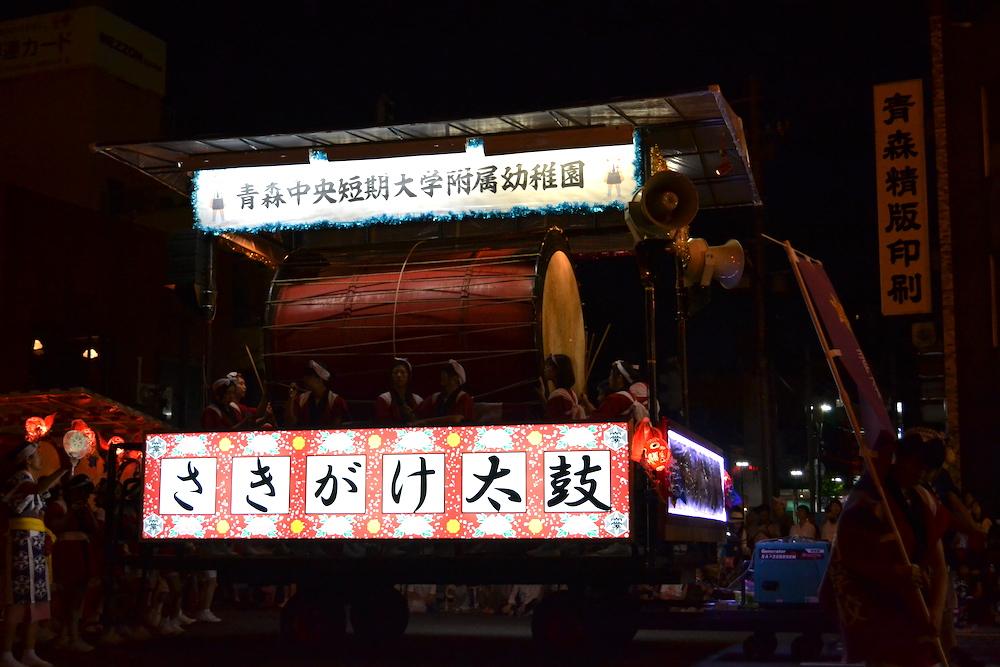 青森県ねぶた祭(お囃子・巨大太鼓)の写真