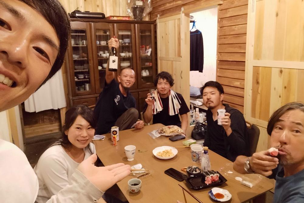 京都和束町・宇治茶収穫アルバイト(ツナギバシェアハウスの共有スペースで乾杯)の写真
