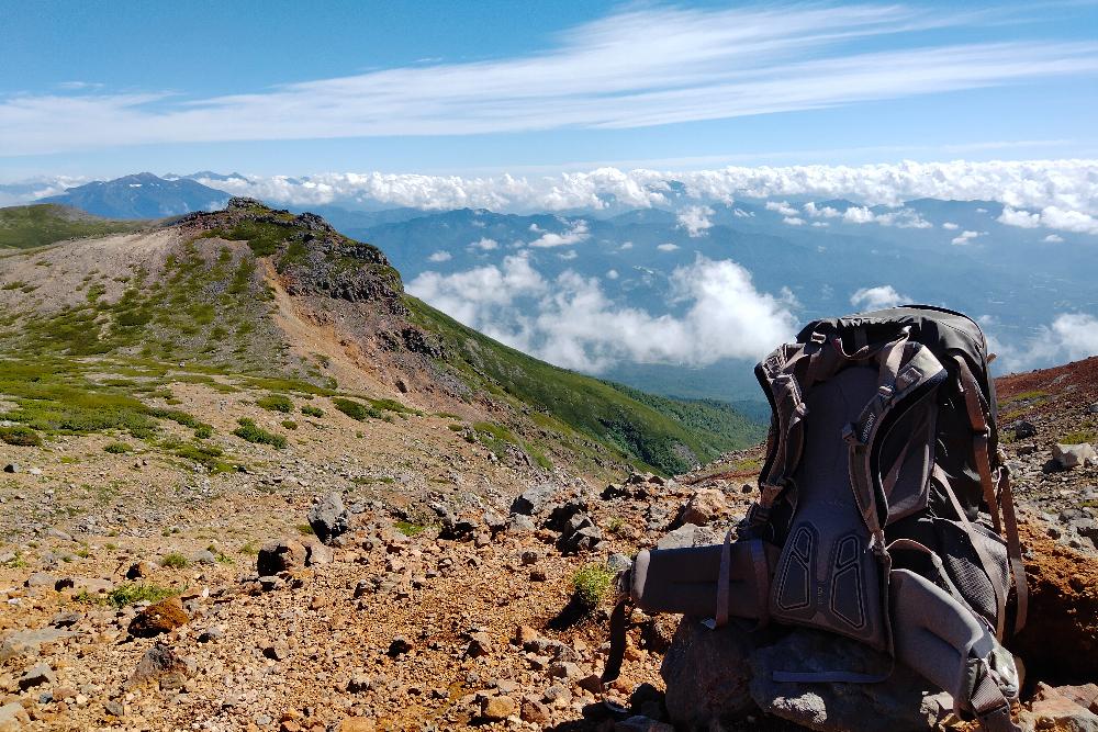 御嶽山の山小屋・ニノ池山荘からの景色とバックパックの写真