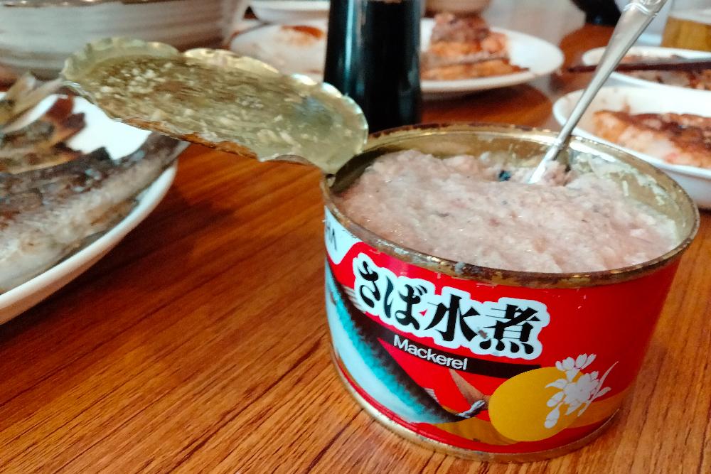 山小屋名物・古い缶詰(27年前のサバ水煮缶)の写真