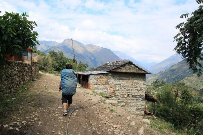 ネパールでトレッキングしてる写真
