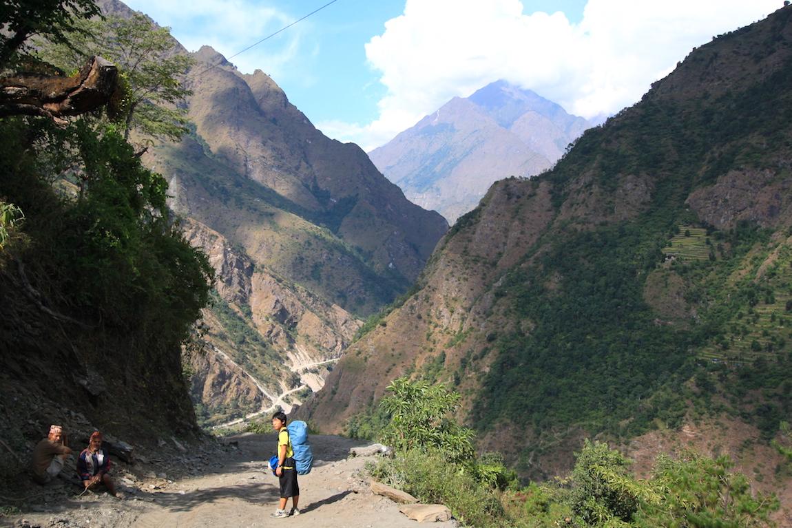 ネパール・ポカラでトレッキング(道中と僕)の写真