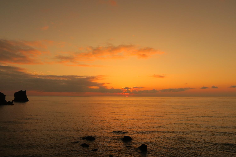 北海道礼文島桃岩荘前から見る夕焼け空と海の写真