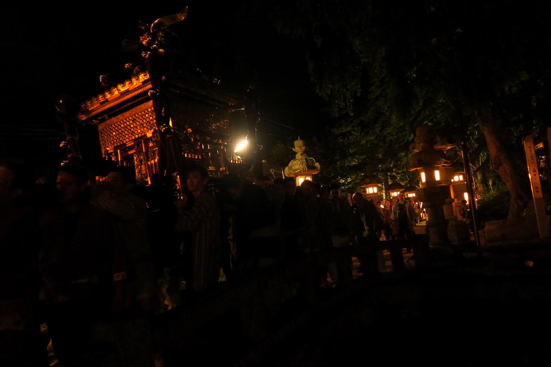 福島県須賀川市神炊館神社秋季例大祭(参道と御神輿)の写真