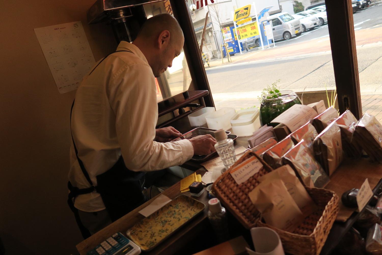 神戸の自家焙煎カフェ「すいらて」の焙煎するマスターの写真