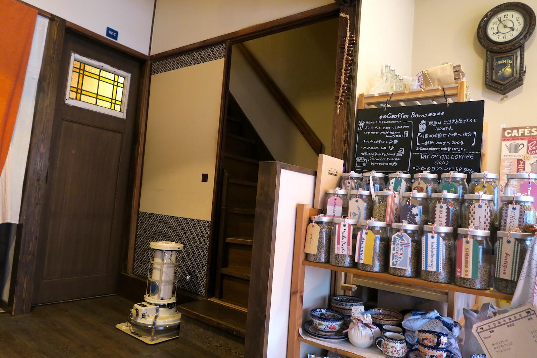 神戸の自家焙煎カフェ「すいらて」の内装(階段)の写真