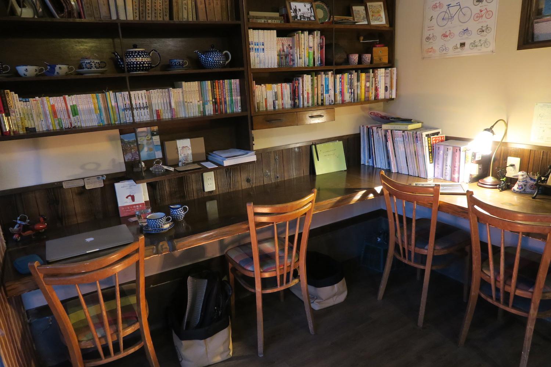 神戸の自家焙煎カフェ「すいらて」の入り口付近の席の写真