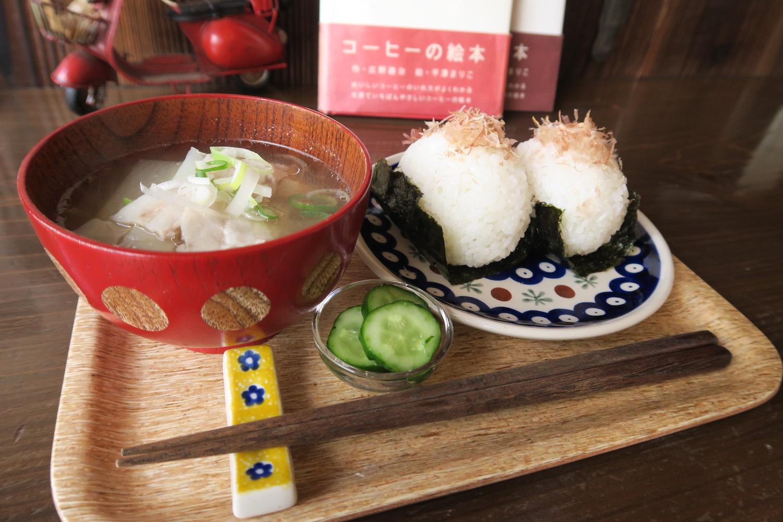 神戸の自家焙煎カフェ「すいらて」のモーニングセット(おにぎり)の写真