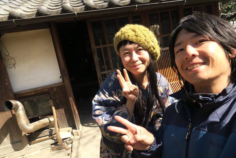 昔ながらの日本家屋に住む旅友達の写真
