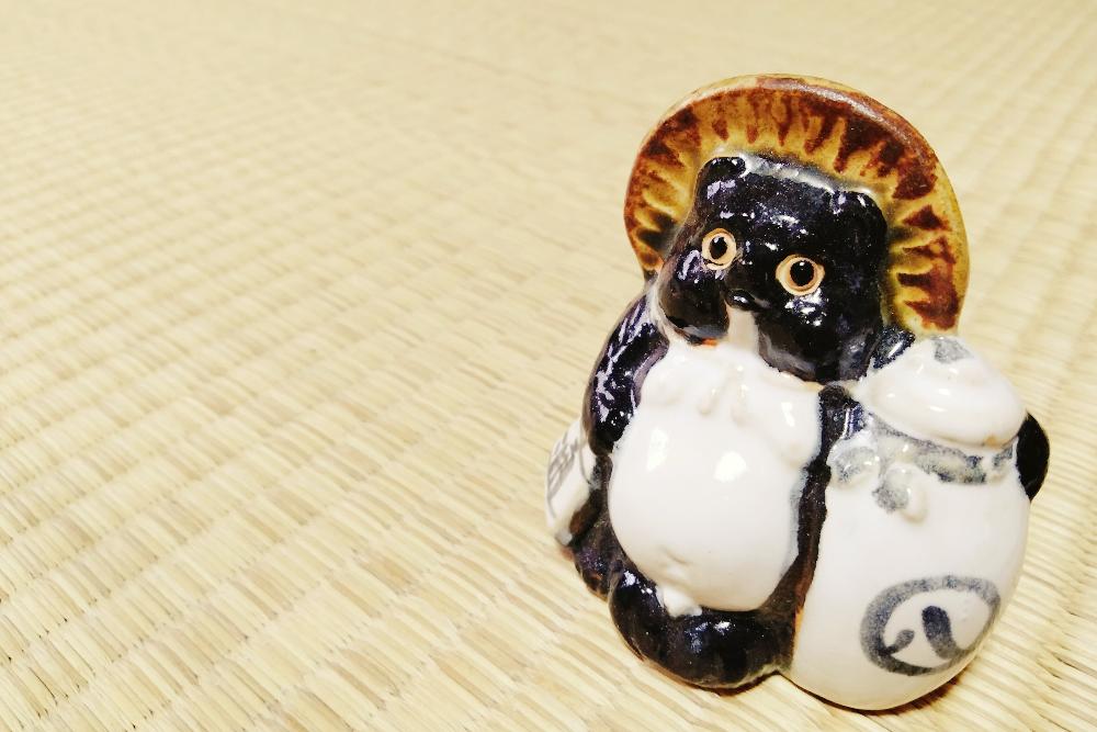 滋賀県の特産信楽焼のたぬき(大きなお酒)の写真