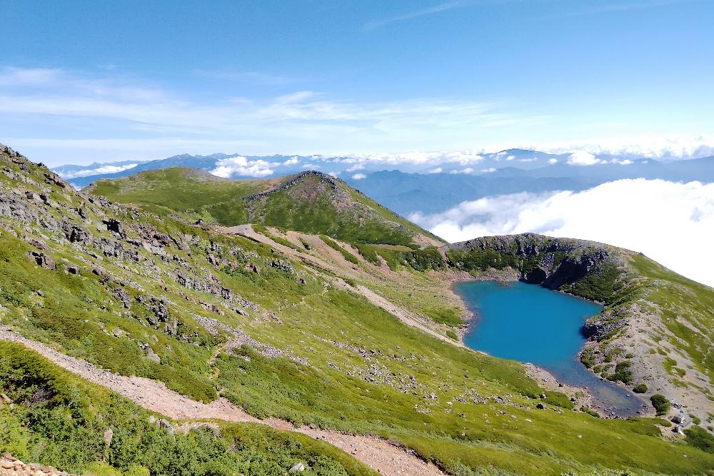 御嶽山登山・晴天の三ノ池の写真