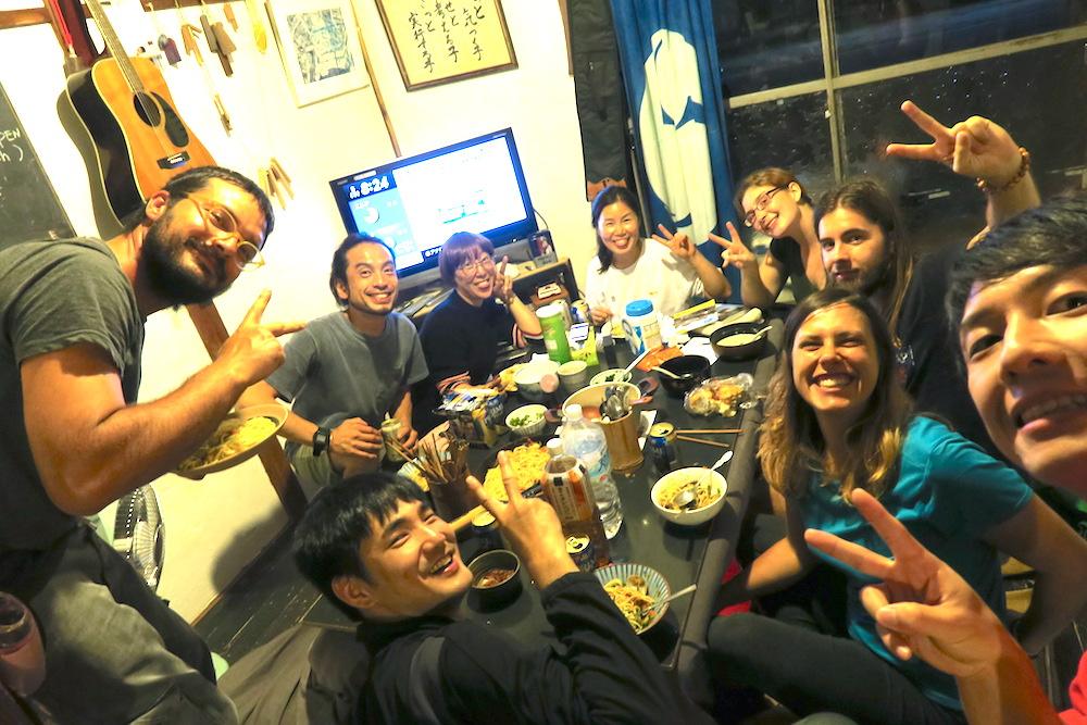松山・道後温泉ゲストハウス |ミソスープの談話室(宿泊者と一緒にご飯)の写真