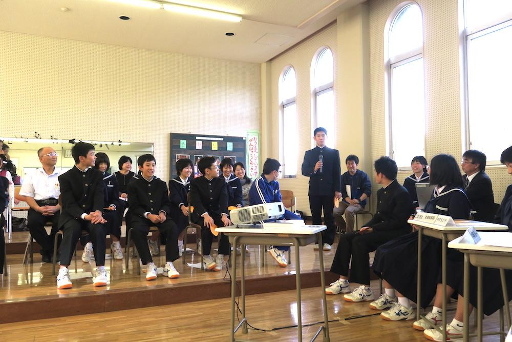 愛媛県八幡浜市真穴中学校の講演会にゲスト出演(生徒からの質問)の写真