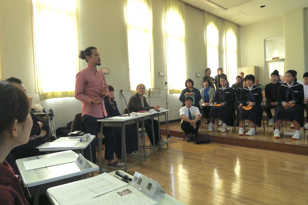 愛媛県八幡浜市真穴中学校の講演会にゲスト出演(ゲストの話)の写真